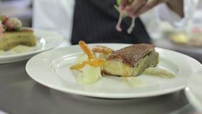 Cuoco unico Puts Garnish su alimento video d archivio