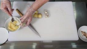 Cuoco unico in ristorante che prepara e che taglia l'alimento sano dei rotoli di sushi Vista superiore archivi video