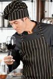 Cuoco unico Smelling Red Wine Immagini Stock Libere da Diritti