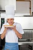 Cuoco unico Smelling Sweet Dish in cucina Immagini Stock