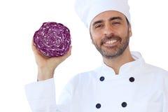 Cuoco unico sorridente che tiene un cavolo rosso Immagine Stock Libera da Diritti