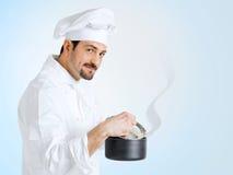 Cuoco unico in uniforme che prepara alimento delizioso Immagini Stock