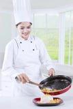 Cuoco unico Woman Cooks nella cucina Immagini Stock Libere da Diritti