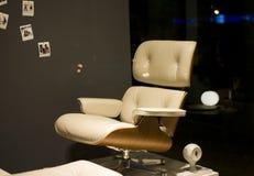 Cuoio bianco della sedia di lettura sul supporto con l'orologio immagine stock libera da diritti