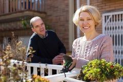 Cuople mûr parlant au balcon Photos libres de droits