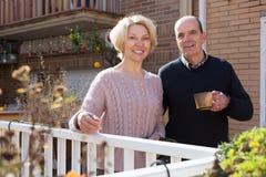 Cuople plus âgé parlant au balcon Image libre de droits