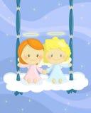 Cuople van engelen op een wolkenschommeling Stock Afbeeldingen