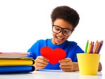 Cuore afroamericano felice dei biglietti di S. Valentino della lettura del ragazzo Fotografia Stock