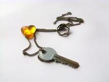 Cuore ambrato con la chiave e l'anello Fotografie Stock