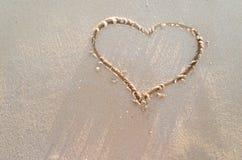 Cuore attinto una sabbia della spiaggia Immagine Stock