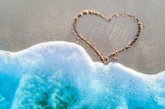 Cuore attinto una sabbia della spiaggia Fotografie Stock
