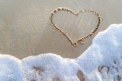 Cuore attinto una sabbia della spiaggia Immagine Stock Libera da Diritti
