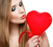 Cuore baciante della bionda del Day.Beautiful del biglietto di S. Valentino immagini stock libere da diritti