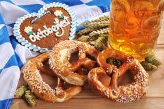 Cuore bavarese del pan di zenzero con birra fotografia stock libera da diritti