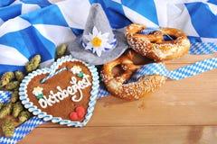 Cuore bavarese del pan di zenzero con le ciambelline salate molli fotografia stock libera da diritti