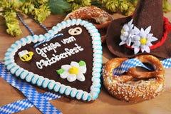 Cuore bavarese del pan di zenzero con le ciambelline salate molli immagini stock
