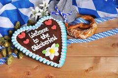 Cuore bavarese del pan di zenzero con le ciambelline salate molli fotografie stock libere da diritti