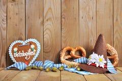 Cuore bavarese del pan di zenzero con le ciambelline salate molli fotografia stock