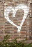 Cuore bianco su un muro di mattoni Fotografia Stock Libera da Diritti