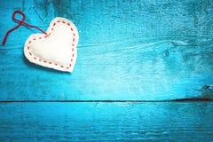Cuore bianco sui bordi blu Fotografia Stock