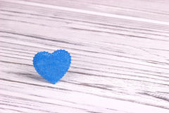 Cuore blu-chiaro di feltro su un fondo di legno Giorno del biglietto di S Cartolina d'auguri Nozze, Immagini Stock