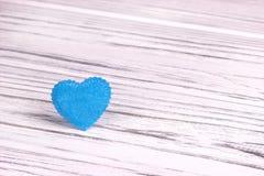 Cuore blu-chiaro di feltro su un fondo di legno grigio bianco Giorno del biglietto di S Cartolina d'auguri Nozze, Fotografia Stock