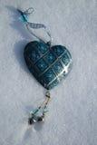 Cuore blu d'annata nella neve fotografia stock libera da diritti