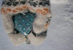 Cuore blu d'annata nelle mani Fotografia Stock
