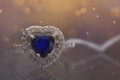 cuore blu della pietra preziosa dell'anello immagini stock