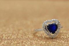 cuore blu della pietra preziosa dell'anello, biglietto di S. Valentino di amore immagine stock