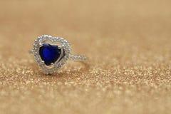 Cuore blu della pietra preziosa dell'anello, giorno di S. Valentino di amore fotografia stock