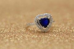 Cuore blu della pietra preziosa dell'anello, giorno di S. Valentino di amore fotografia stock libera da diritti