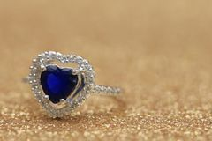 Cuore blu della pietra preziosa dell'anello, giorno di S. Valentino di amore immagini stock libere da diritti