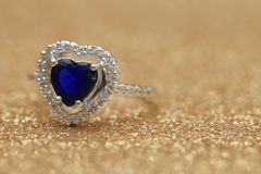 Cuore blu della pietra preziosa dell'anello, giorno di S. Valentino di amore immagine stock libera da diritti