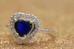 Cuore blu della pietra preziosa dell'anello, giorno di S. Valentino di amore fotografie stock