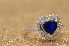 Cuore blu della pietra preziosa dell'anello, giorno di S. Valentino di amore immagine stock