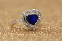 Cuore blu della pietra preziosa dell'anello, giorno di S. Valentino di amore immagini stock