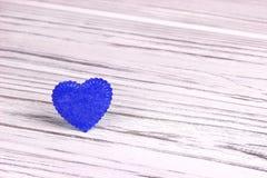 Cuore blu di feltro su un fondo di legno Giorno del biglietto di S Cartolina d'auguri Nozze, Immagini Stock Libere da Diritti