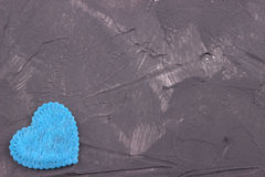 Cuore blu di feltro sui precedenti concreti scuri Giorno del biglietto di S Cartolina d'auguri Nozze, Immagini Stock Libere da Diritti