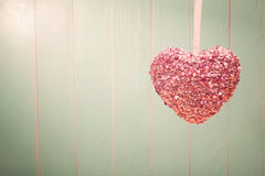 Cuore brillante rosa su fondo di legno verde d'annata Fotografia Stock