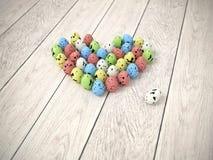 Cuore Colourful delle uova di Pasqua sul pavimento di legno bianco Fotografie Stock