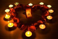 Cuore con i petali e gli indicatori luminosi della candela Fotografie Stock Libere da Diritti