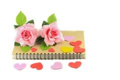 Cuore con il rosa rosa sul libro sul concetto bianco di giorno di S. Valentino del fondo Immagini Stock Libere da Diritti
