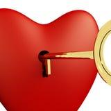 Cuore con la fine di chiave su che mostra neolatino ed i biglietti di S. Valentino di amore Fotografia Stock Libera da Diritti
