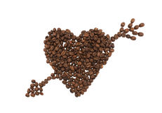 Cuore con la freccia fatta dei chicchi di caffè su fondo bianco Fotografia Stock