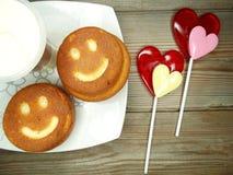 Cuore creativo dei dolci e delle lecca-lecca dell'alimento per il giorno del ` s del biglietto di S. Valentino Fotografia Stock