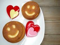 Cuore creativo dei dolci e delle lecca-lecca dell'alimento per il giorno del ` s del biglietto di S. Valentino Immagini Stock Libere da Diritti
