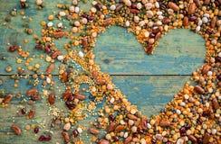 Cuore crudo del legume sulla vecchia tavola di legno rustica Fotografie Stock