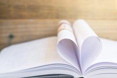 Cuore da una fine d'annata di stile della pagina del libro su forma del cuore dalla p Fotografie Stock