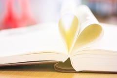 Cuore da una fine d'annata di stile della pagina del libro su forma del cuore dalla p Immagini Stock